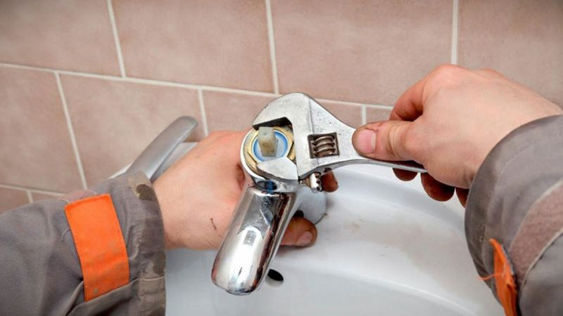 Почему гудит кран в ванной при открытии: причины и что делать